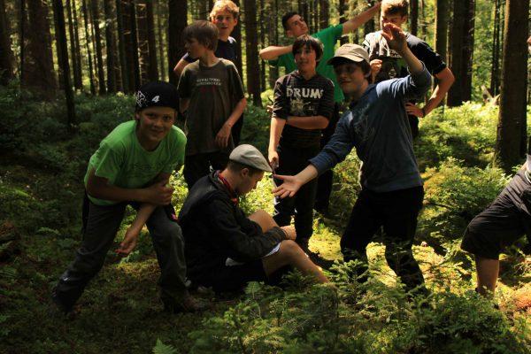 Geländespiel im Wald